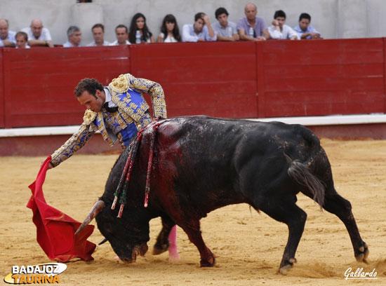 Ferrera toreando en redondo a su segundo. (FOTO: Gallardo)