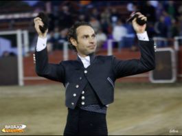 Roberto Gallardo feliz con su premio.