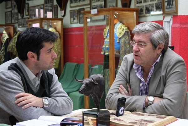 Antonio Girol entrevistando a Luis Carlos en el Museo del Club Taurino. (FOTO: Gallardo)