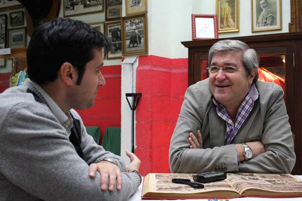 Luis Carlos respondiendo a las preguntas en el 'Templo de la afición extremeña'. (FOTO: Gallardo)