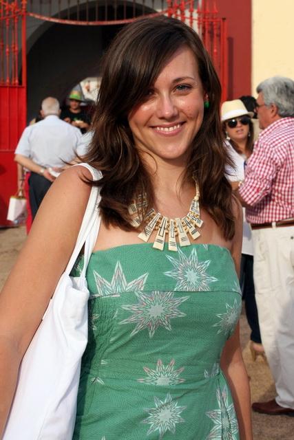 Estefanía Zarallo, premio Vocento de Comunicación, a la entrada de la plaza de Mérida. (FOTO: Gallardo)