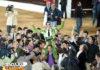 Los compañeros sacan a Padilla en hombros. (FOTO: J.Mª.Ballester)