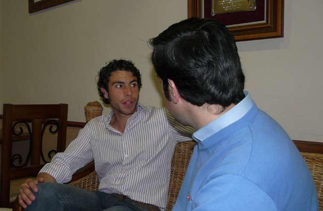 'El Fini' contestando a las preguntas de la entrevista. (FOTO:Gª de Elexalde)