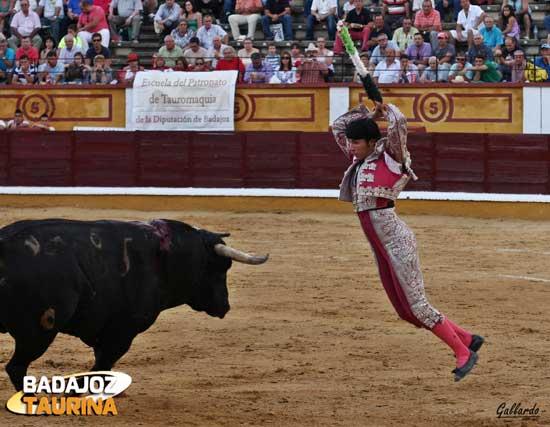 Colocando en Badajoz el par que le valdría el trofeo del Club Taurino. (FOTO:Gallardo)