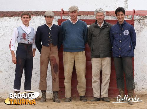 Los ganaderos y los tres actuantes a la finalización del tentadero. (FOTO:Gallardo)