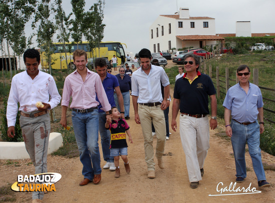 Alejandro dirigiéndose con los invitados a la plaza de tientas.