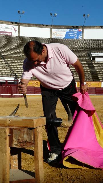 Pepe Elbal disponiéndose a ensayar un cachetazo.