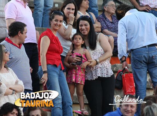 Marta y Veróncia disfrutando con el debut de Ana en su plaza.