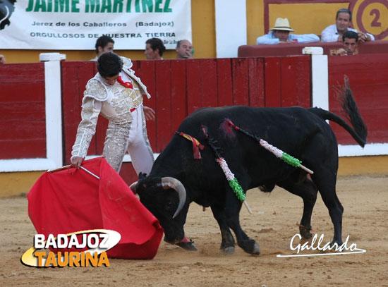 Toreo encajado de Luis Manuel Terrón esta tarde en Pardaleras. (FOTO: Gallardo)