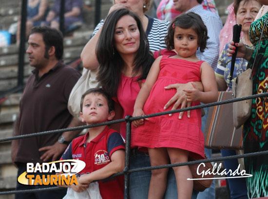 Una mamá guapa y orgullosa de sus hijos y su aficion.