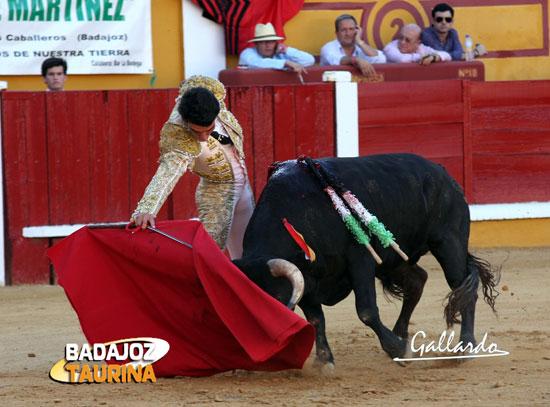 'El Chorlo', toreando por el complicado pitón derecho. (FOTO: Gallardo)