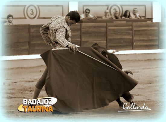 Miguel Ángel Silva pulseando la embestida de su novillo. (FOTO: Gallardo)