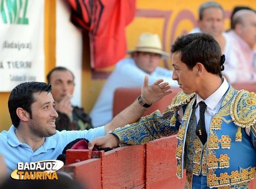 Miguel Ángel Silva brindando a Antonio Girol... (FOTO: Cortesía de Casimiro)