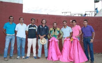 'Los hombres de Ferrera' junto a su jefe de filas tras el tentadero. (FOTO:AJG)