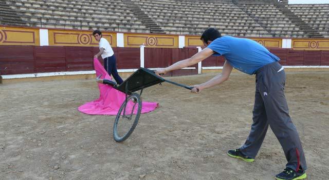 El toreo a una mano también se practica en el entrenamiento diario,