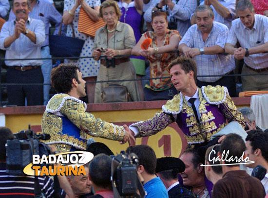 José Tomás y 'El Juli' saludándose antes de marcharse en hombros. (FOTO: Gallardo)