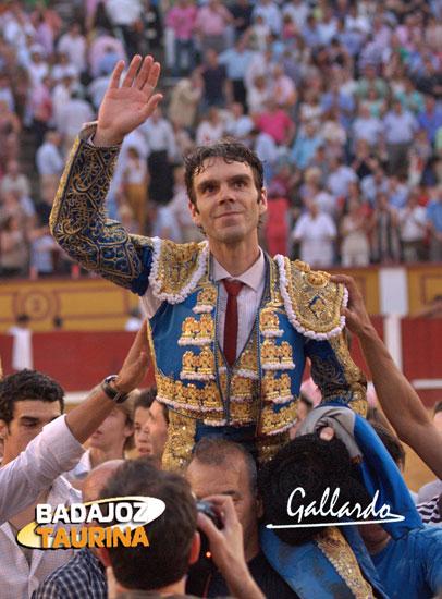 José Tomás abandonando en hombros la plaza.