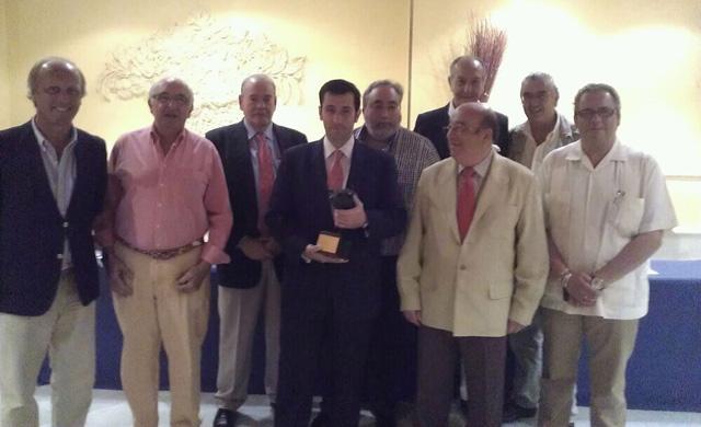 Antonio Girol con el galardón en la mano y rodeado de parte del Jurado. (FOTO: FGP)