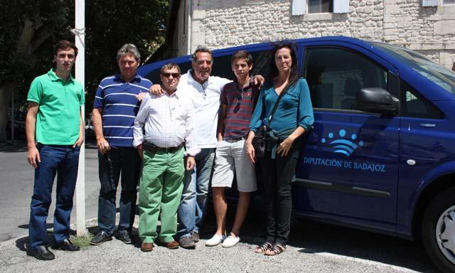 Los dos alumnos junto al profesor Antoñete a la llegada a Arles.