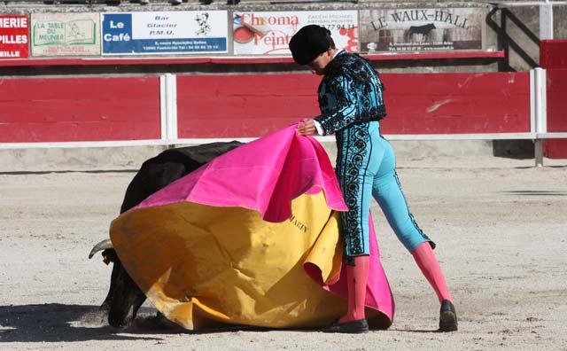 Ginés Marín lanceando a la verónica a su eral.