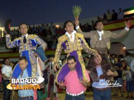 Triunfal salida en hombros en la feria de Cabeza la Vaca. (FOTO: Gallardo)