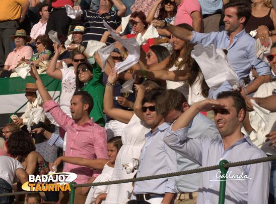 La familia Parejo apoyando, pañuelo en mano, a su torero.