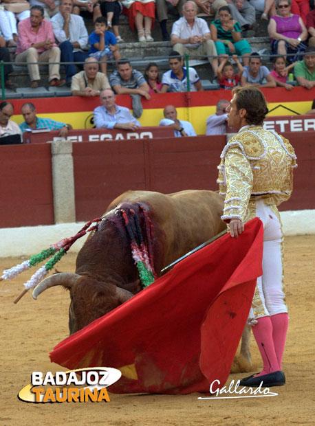 Pase del desdén de Julio Parejo al último. (FOTO: Gallardo)