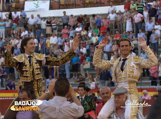 Solís y Parejo marchándose a hombros de la plaza. (FOTO: Gallardo)