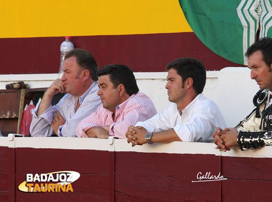 El rejoneador Sergio Domínguez siguiendo las evoluciones de sus compañeros.