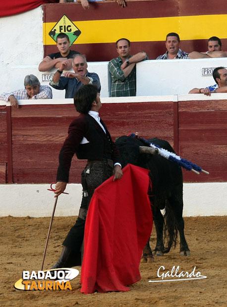 Ventura tomó la muleta y tornó en cañas las lanzas.(FOTO:Gallardo)