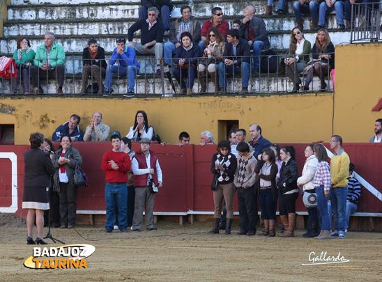 La alcaldesa de Jerez y los miembros de la Asociación dirigiéndose al público.