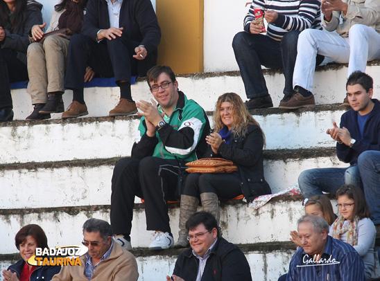 Benito y su novia, dos grandes aficionados.