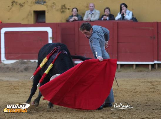 'El Bache' toreando al natural. (FOTO:Gallardo)