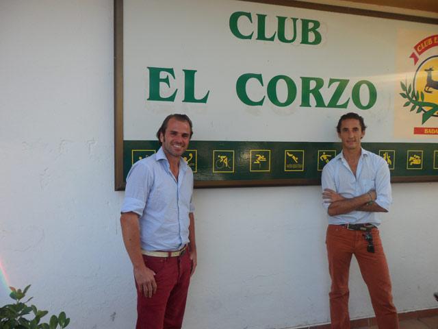 Ambel Posada y su amigo Nacho Moreno en las instalaciones del El Corzo. (FOTO: AJG)