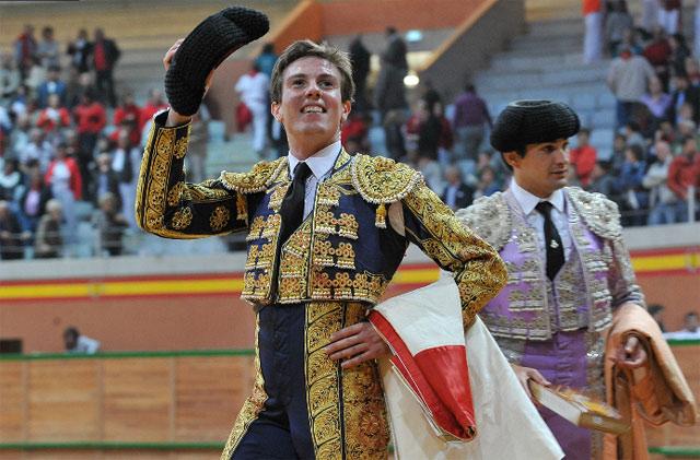 Feliz tras cortar una oreja en el Zapato de Oro de Arnedo. (FOTO: Poyatos-mundotoro.com)