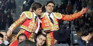 'El Juli' y Miguel Ángel Perera saliendo a hombros de Olivenza.