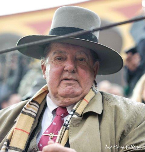 Los magos guardan palomas en el sombrero, Ricardo gallos.