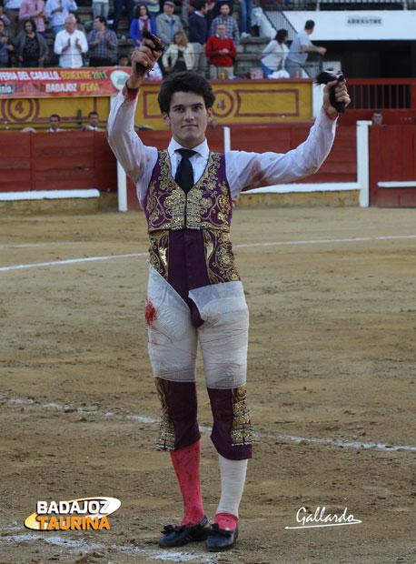 José Garrido muestra satisfecho las dos orejas del quinto. (FOTO:Gallardo)