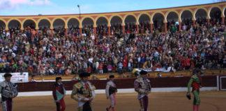 La plaza de Olivenza abarrotada de público para presenciar la reaparición de Padilla. (FOTO: Gallardo)