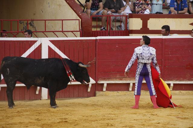 Desplante ante el novillo del que paseó una oreja. (FOTO: Bartolomé Bernal)