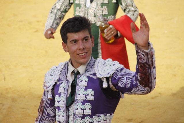 Saludando a la afición de Lodosa en la vuelta al ruedo. (FOTO: Bartolomé Bernal)