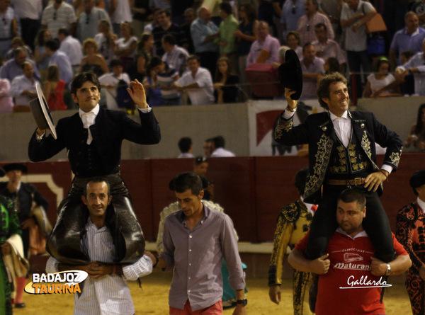 Diego Ventura y Pablo H. de Mendoza saliendo a hombros de Don Benito (FOTO:Gallardo)