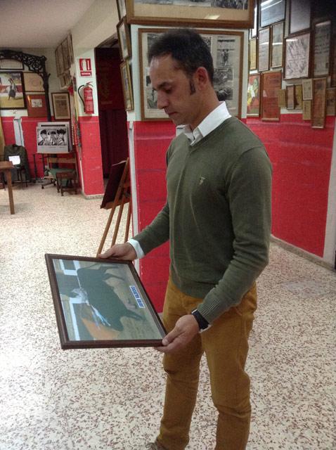 Mirando una antigua fotografía de su etapa de novillero.
