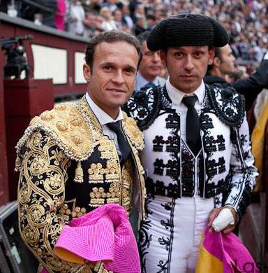 Junto a su maestro, en Las Ventas. (FOTO: Juan Pelegrín)