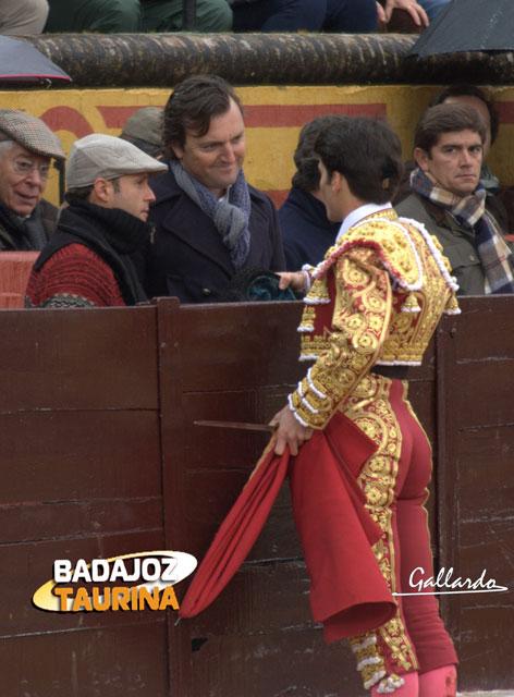 Brindando a 'El Tato' y Ferrera, sus apoderados, en el debut. (FOTO: Gallardo)