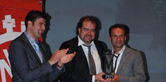 Antonio Ferrera recibiendo el trofeo de manos de Miguel de Tena. (FOTO: Cedida)