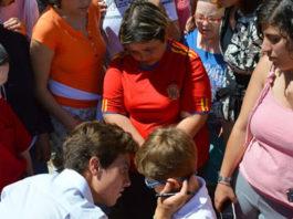 El joven novillero junto a los niños y niñas de APROSUBA