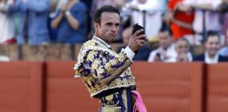 Antonio Ferrera con la oreja del cuarto victorino. (FOTO: toromedia.com)