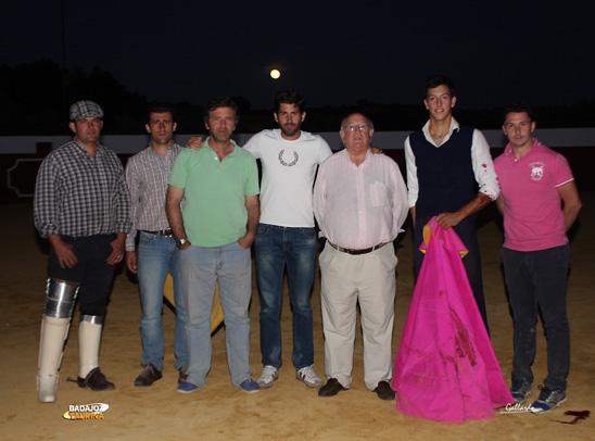 Silva junto al ganadero Antonio Muñoz y su hijo, Manu Izquierdo, Serafín Marín y personal de la casa Muñoz.
