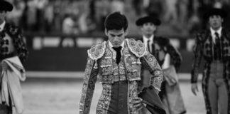 Jose Garrido abandonando cabizbajo la plaza de Las Ventas. (FOTO: Juan Pelegrín)